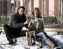 Luca e Giovanna mostrano il vino Ortensio Lando