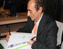 Martino autografa uno dei suoi libri