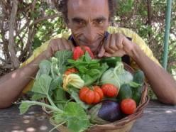 Martino con un cesto di verdure estive colorate