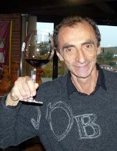 martino con un calice di vino nero
