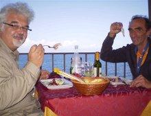 Martino e Patrizio a pranzo sul mare