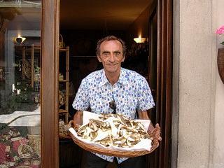 Martino con un cesto di funghi di borgotaro
