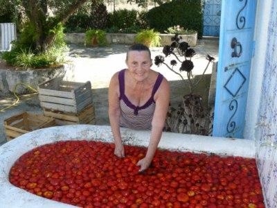 la sorella di martino e una vasca piena di pomodori
