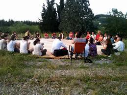 gruppo di persone partecipa alle magie arboree