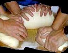 mani che impastano insieme