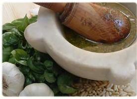pesto nel mortaio con ingredienti