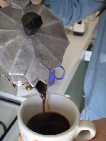 caffè versato in tazzina