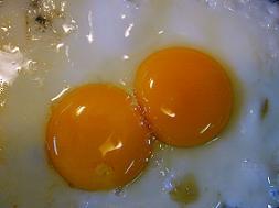 uova spaccate che cuociono