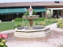 fontana a forma di radicchio del ristorante