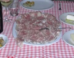 prosciutto affettato su un piatto