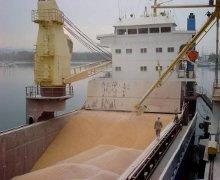 un carico mais su una nave