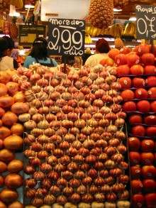 un banco di verdura in un mercato
