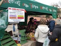 un venditore del mercato della terra di Bologna