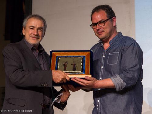 Giuliano Gallini premia il vincitore