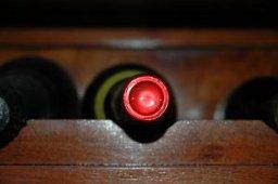 una bottiglia di vino in prospettiva