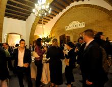 interno della cantina florio con ospiti