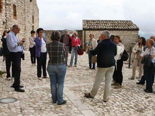 vista del castello di Giuliana(PA) con persone