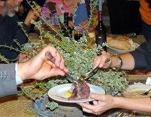 due soci della compagnia dividono un piatto a tavola