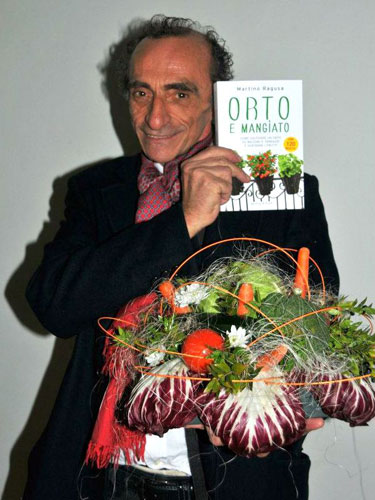 martino con il bouquet di verdure e il libro