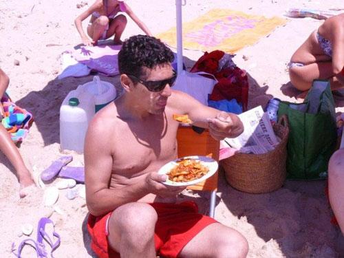 un partecipante mangia un primo piatto