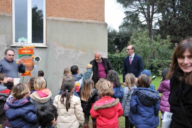 i bambini della scuola romana assaggiano l'arancia
