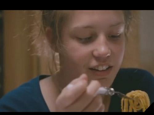 Adele mangia gli spaghetti