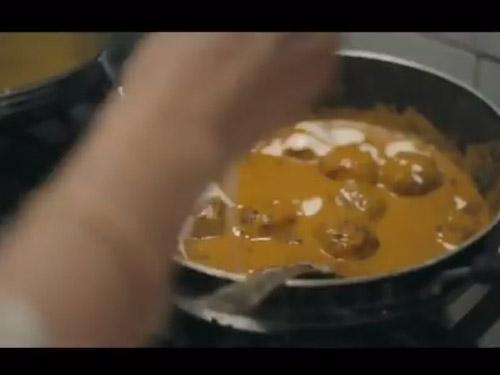 Una pentola piena di sugo indiano