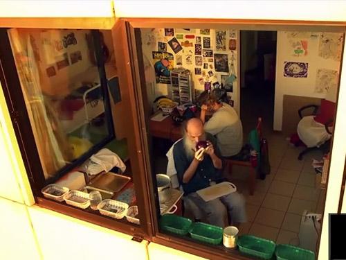 un uomo seduto davanti a una finestra