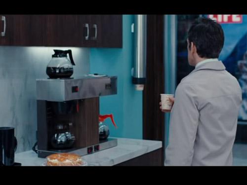 il protagonista beve un caffè