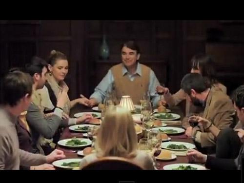delle persone sedute al tavolo per una cena