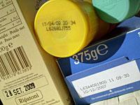 date di scadenza su diverse confezioni alimentari