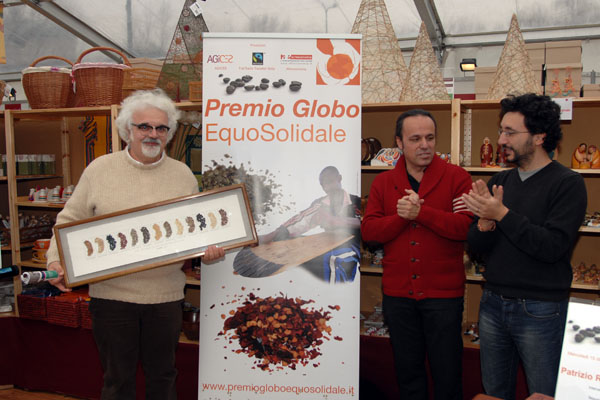 Patrizio riceve il premio Globo Equosolidale