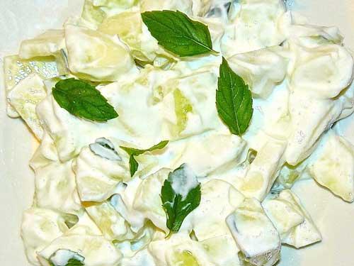 insalata di cetrioli, sedano e yogurt