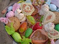cesto di dolcetti sardi colorati