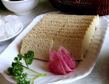 tofu a fette su un piatto