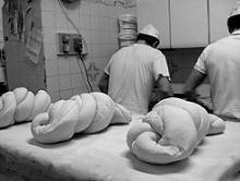 dei fornai che preparano il miccone