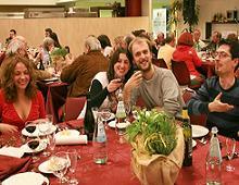 I radunisti brindano durante la cena del 19 aprile