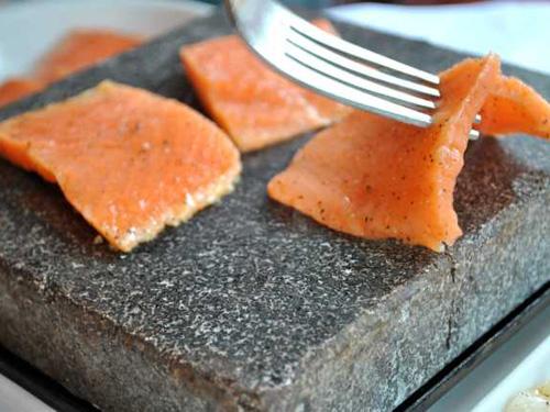 il salmone cucinato su pietra