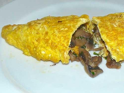 un'omelette ripiena di funghi