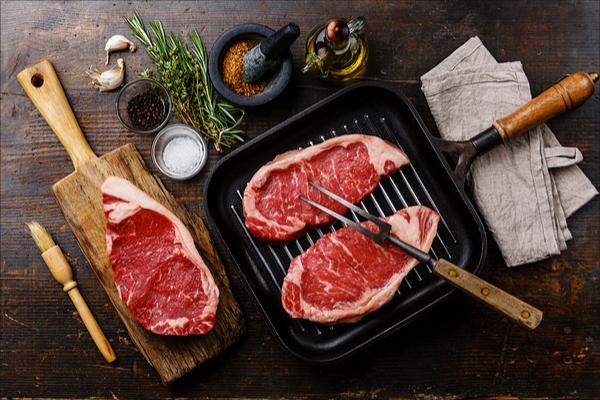 Cucinare carne alla piastra