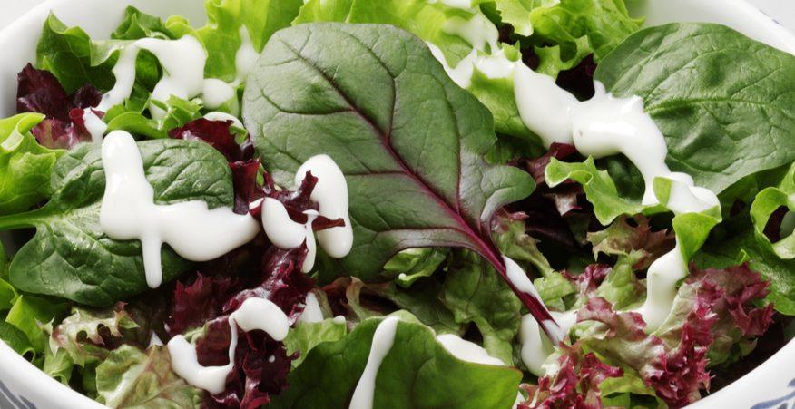 insalata verde con salsa allo yogurt