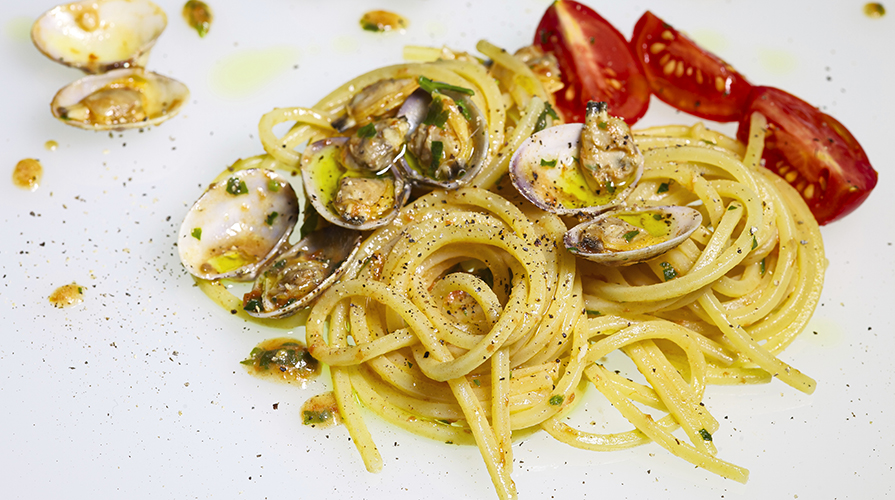 linguine alle vongole con musse di zucchina e bottarga