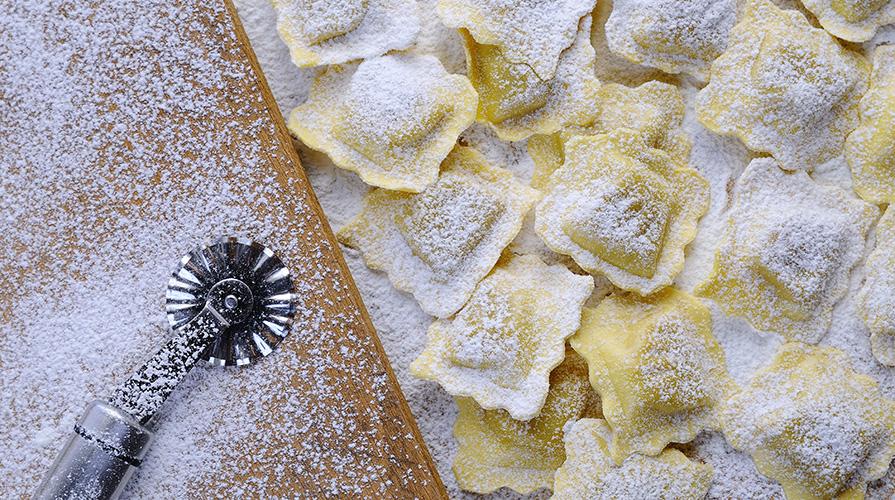ravioloni-con-le-frange-con-erbette-e-salsiccia