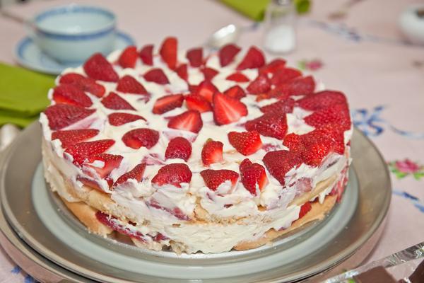 Torta di fragole savoiardi