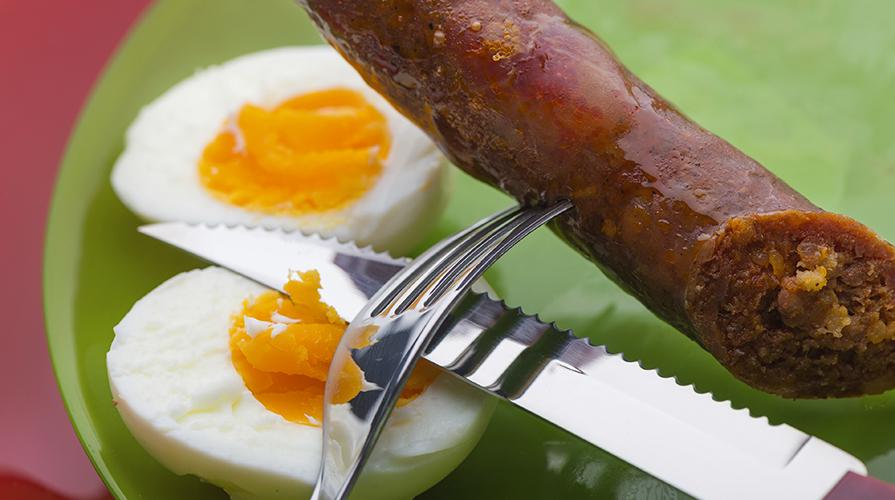 tegamino-di-uova-sode-e-salsiccia