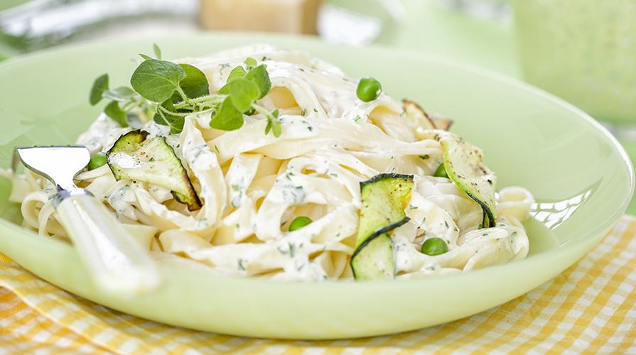 spaghetti-in-salsa-di-zucchine-e-cipolla