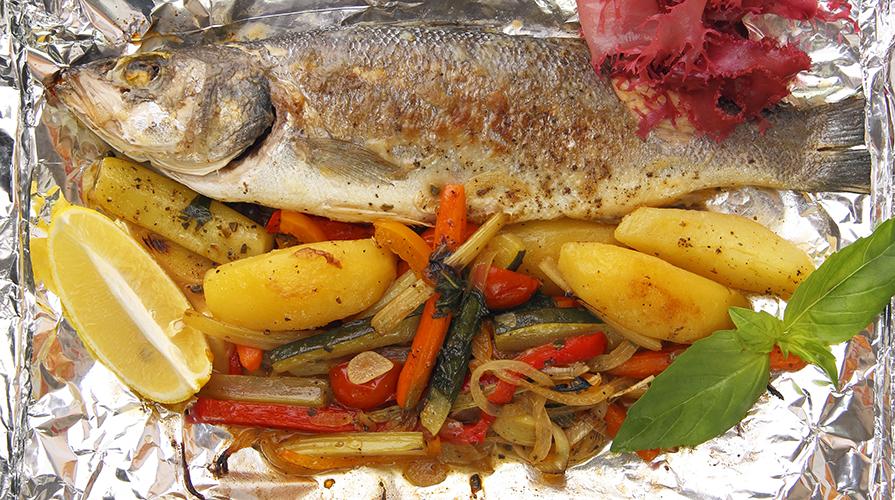 Ricetta branzino al cartoccio con caponatina di verdure for Cucinare branzino