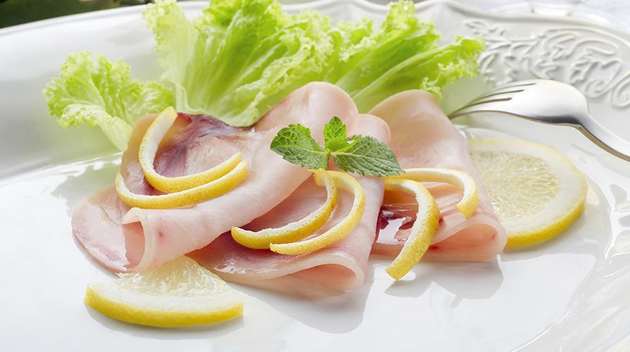 Ricetta carpaccio di pesce spada affumicato con insalata for Pesce rosso costo