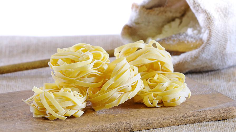 tagliatelle-all-uovo-con-vino-rosso-di-calabria-e-stick-di-verdure-trifolate