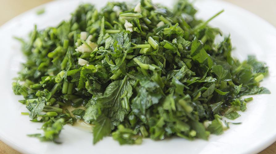 insalata-di-erbe-selvatiche-fiori-e-nocciole